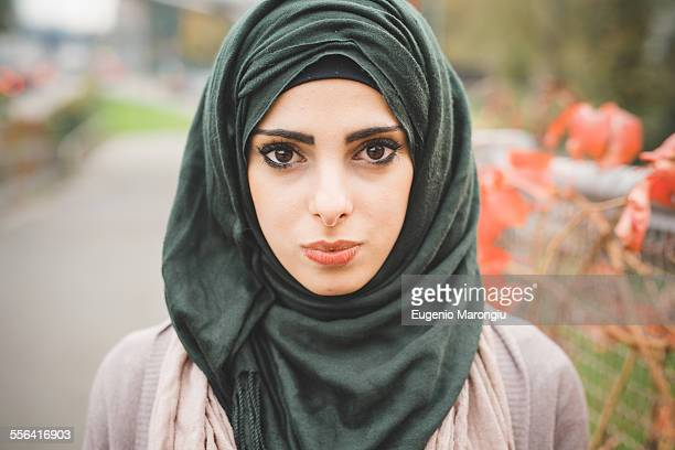 close up portrait of young woman wearing hijab - hijab - fotografias e filmes do acervo