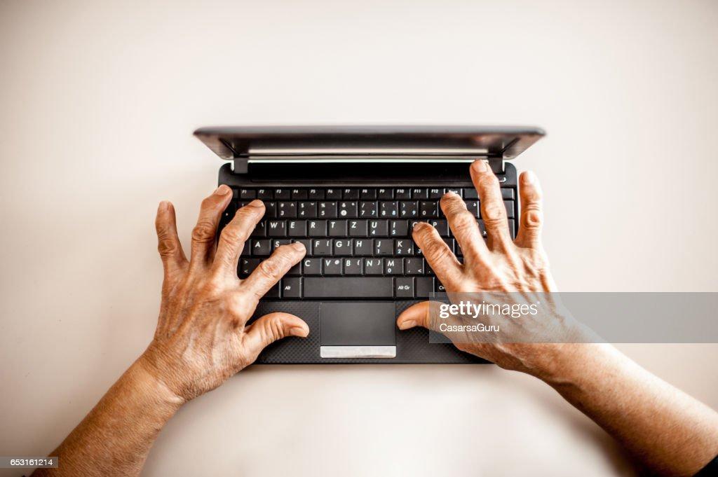 Close Up Senior Woman alte Hasen mit Laptop : Stock-Foto