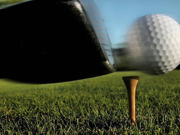 Gros Plan D'un Club De Golf Frappant La Balle Au Tee - Photos et images libres de droits