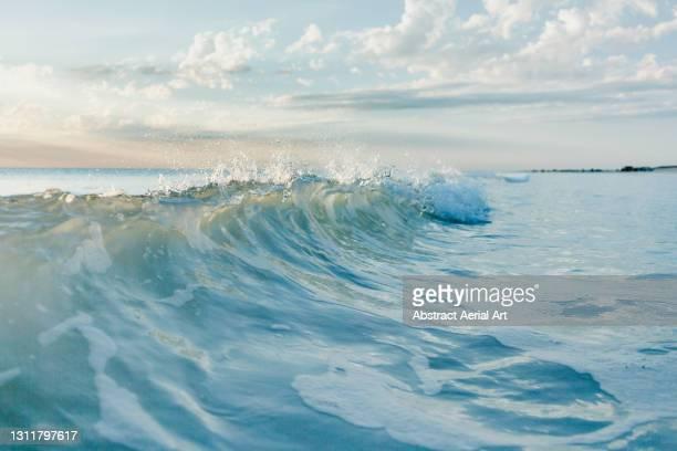 close up shot of breaking wave, broome, western australia, australia - seascape - fotografias e filmes do acervo
