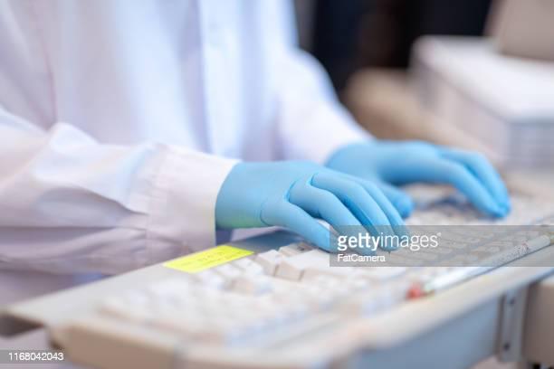 primer plano de científico que trabaja en analizador de química - laboratorio clinico fotografías e imágenes de stock
