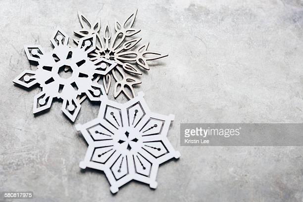 close up snow flakes - noel noir et blanc photos et images de collection