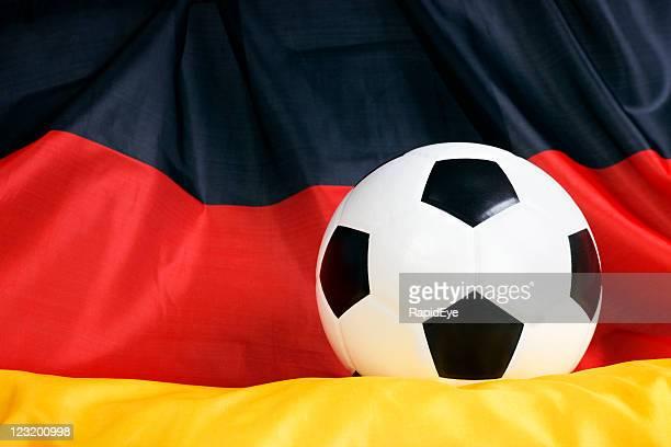 Nahaufnahme Fußball ball auf Deutsche Flagge