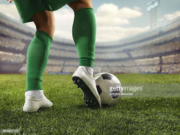 Plano aproximado Jogador de futebol com a bola