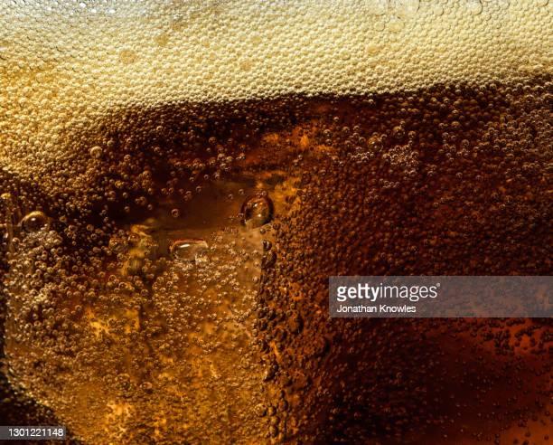 close up soda condensation bubbles - koolzuurhoudende drank stockfoto's en -beelden
