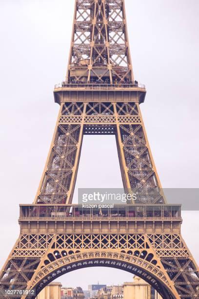 close up view of a eiffel tower with pink sky for background , paris , france - cultura francesa imagens e fotografias de stock