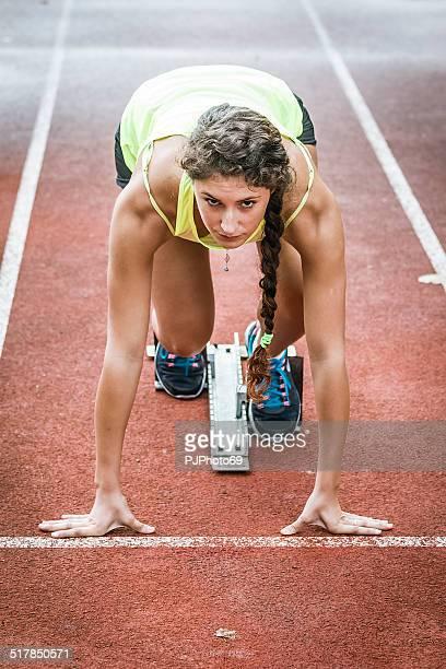 chiudere la visione di un velocista femmina pronto ad andare - pjphoto69 foto e immagini stock