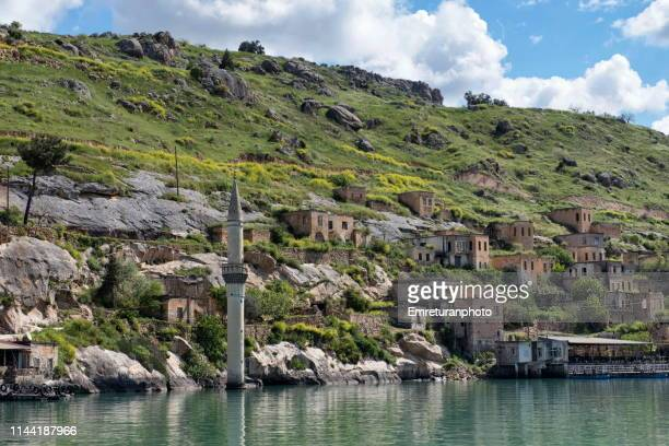 close up view of the minaret of the submersed mosque and houses at savastepe village,birecik dam. - emreturanphoto stock pictures, royalty-free photos & images