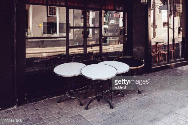 closed cafe - terrasse de café photos et images de collection