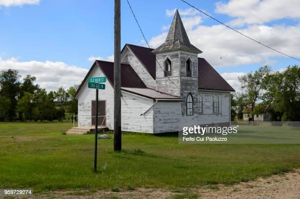 closed church at ortley, south dakota, usa - mittlerer westen stock-fotos und bilder