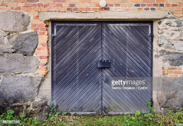 closed door of abandoned house - teemu tretjakov stock pictures, royalty-free photos & images