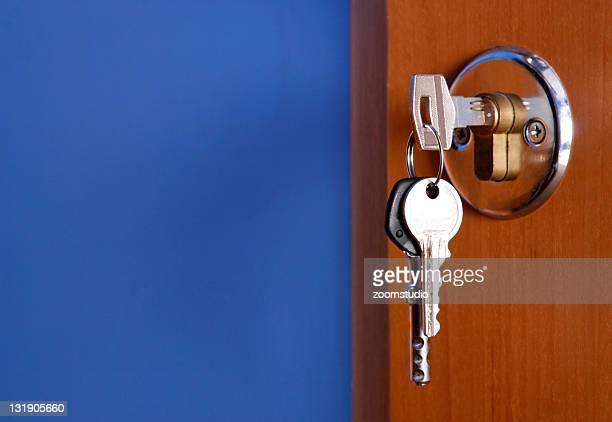 Geschlossene Tür mit Schlüssel
