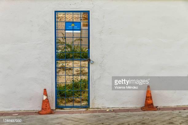 closed door with two cones - vicente méndez fotografías e imágenes de stock