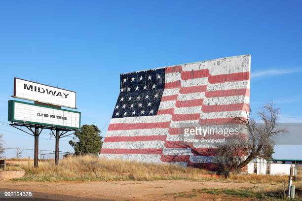 closed drive-in movie theatre with huge painted american flag - rainer grosskopf fotografías e imágenes de stock