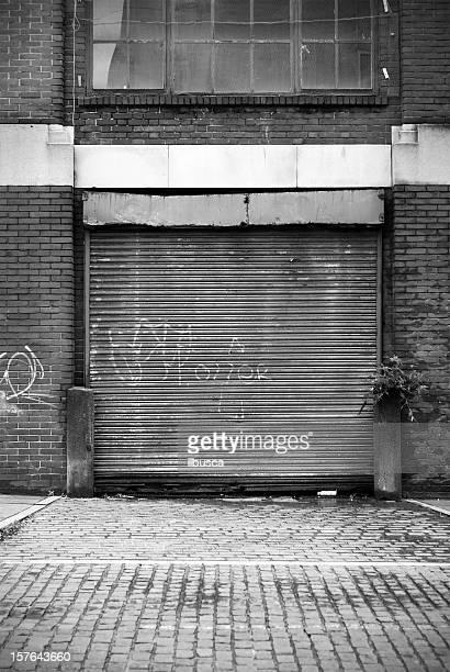 シャッター駐車場閉鎖 - 建具 シャッター ストックフォトと画像