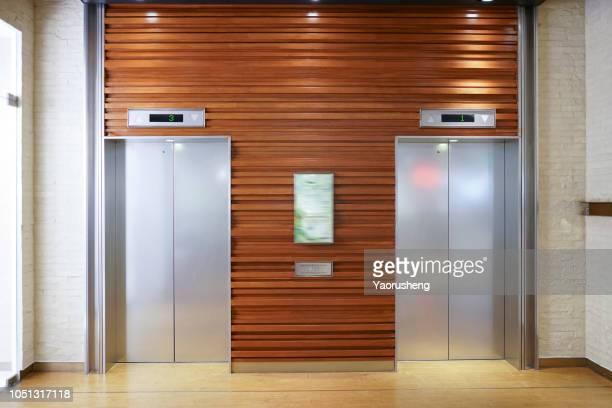 closed lift door - elevador imagens e fotografias de stock