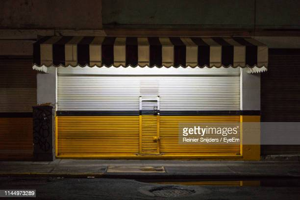 closed shutter of store at night - close up photos et images de collection