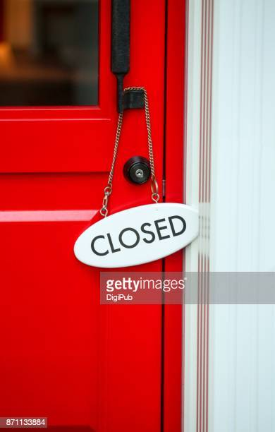 closed sign on red door of store - cartello chiuso foto e immagini stock