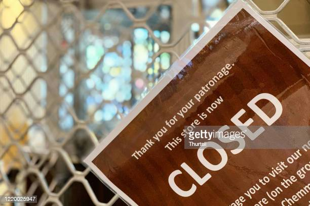 closed sign on retail store during covid-19 shut down - government shutdown stock pictures, royalty-free photos & images
