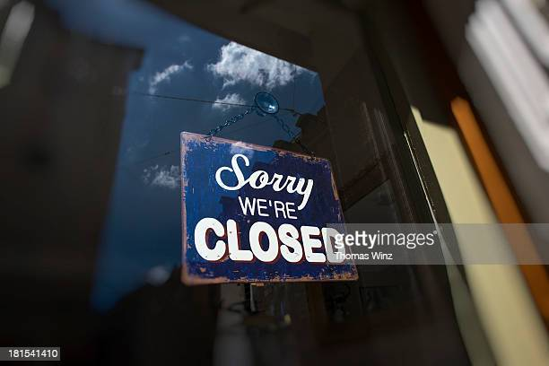 closed sign on the front door of a shop - cartello chiuso foto e immagini stock