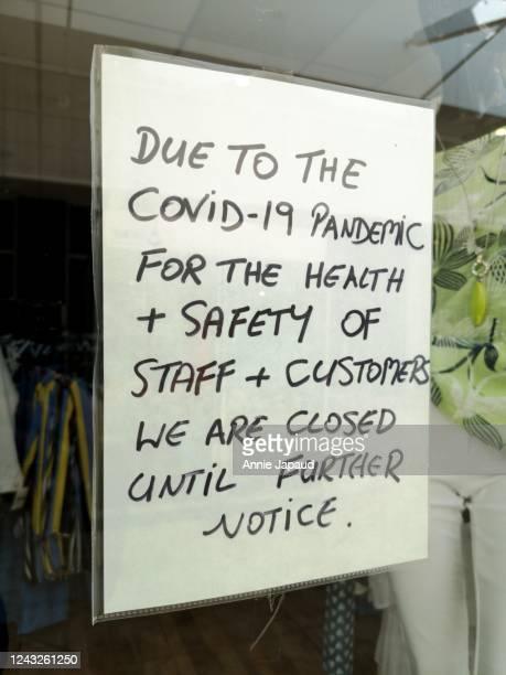 closed until further notice shop sign - hinweisschild stock-fotos und bilder