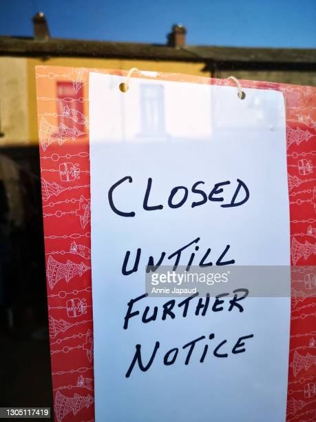 closed until further notice sign in bold colours - temporary stock pictures, royalty-free photos & images