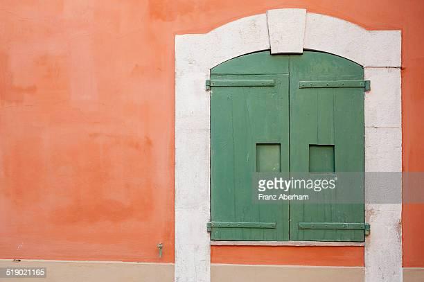 closed window - couleur corail photos et images de collection