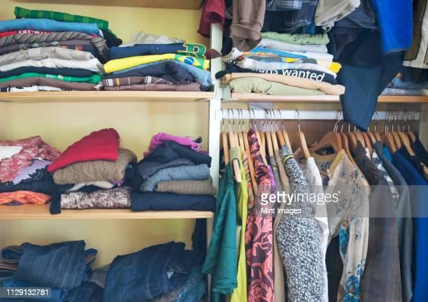closet full of clothing - いっぱいになる ストックフォトと画像
