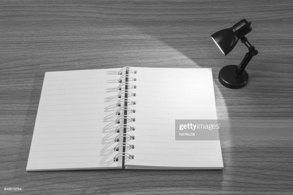 Closeup un carnet de notes avec la lumière de la petite lampe dans