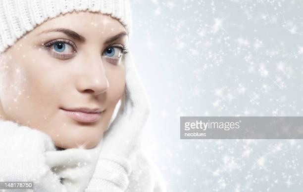 Close-up Gesicht der schönen Frau mit weißen Pullover und Kappe