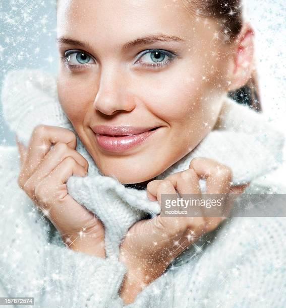 Close-up Gesicht der schönen Frau mit weißen Pullover