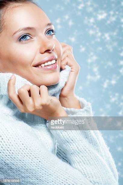 Close-up, schönes Gesicht der jungen Frau mit blauen Pullover