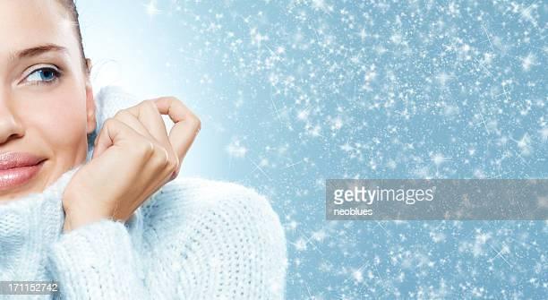 クローズアップの美しい若い女性の顔にホワイトセーター