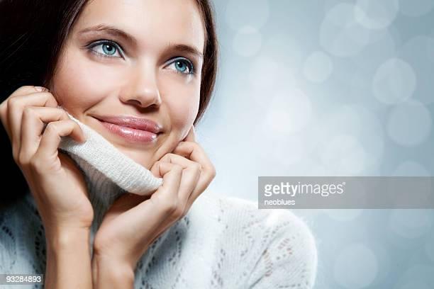Close-up, schönes Gesicht der jungen Frau mit weißen Pullover