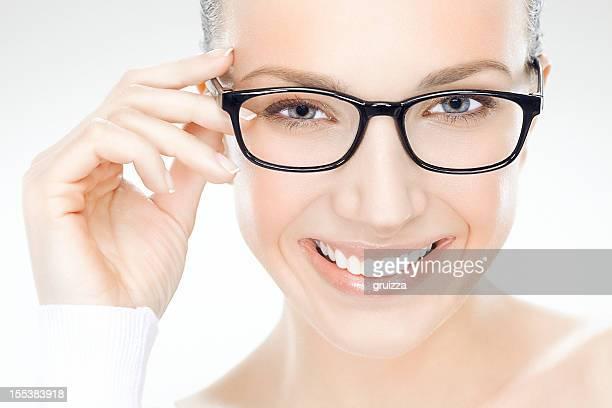 Schönheit Close-up Portrait von einer schönen lächelnde Frau hält eyeglasses