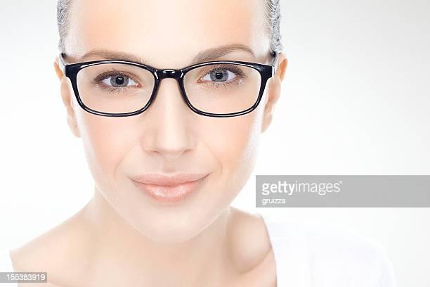Primer plano de belleza, foto de una hermosa mujer sonriente usando gafas