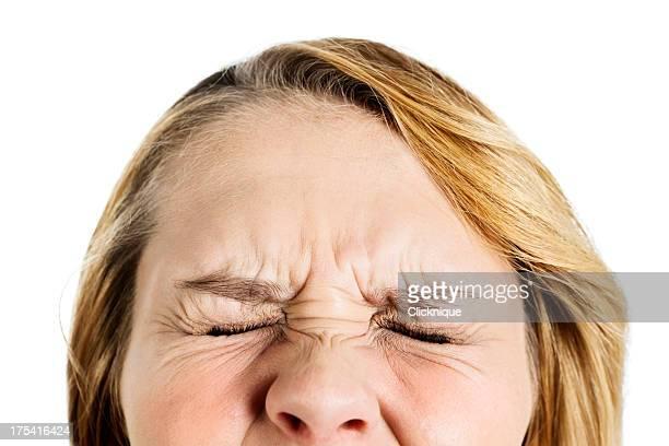 Close-up blonde mit geschlossenen Augen gepressten in fury oder Schmerzen
