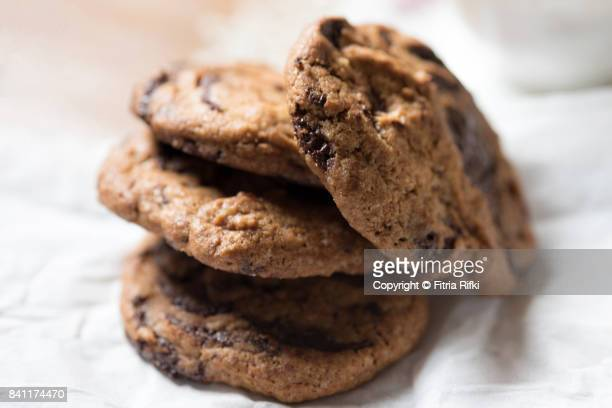 close-up chocolate chip cookies - chocolate chip cookie stock pictures, royalty-free photos & images