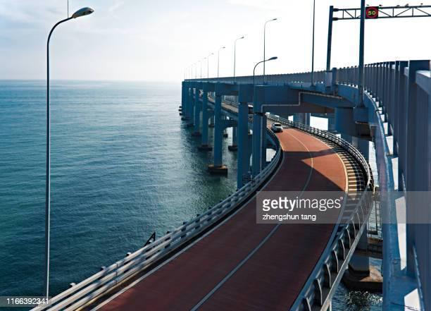 close-up curve road view of bridge - internationaal monument stockfoto's en -beelden