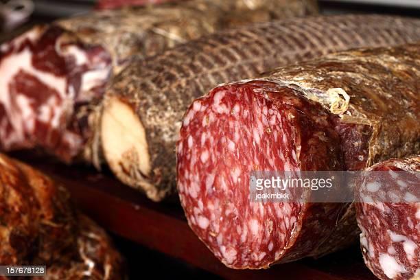 Reihe von frische Italienische salami und Schinken