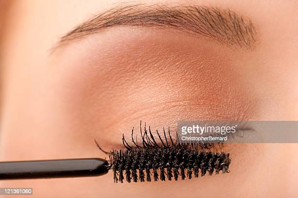 Gros plan de femme application de mascara