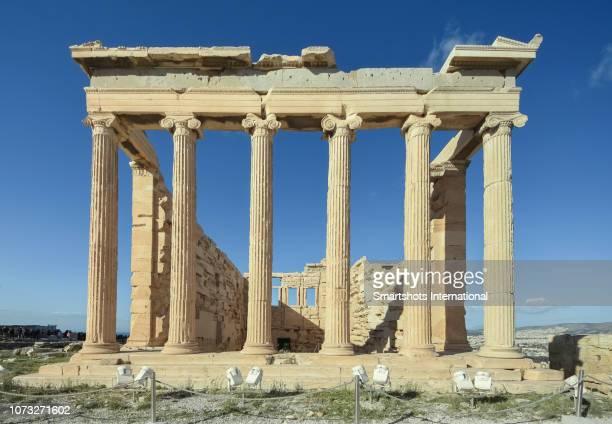 close-up, front view of the erechtheion, porch of the caryatids, temple of athena and poseidon, acropolis, athens, greece - diosa atenea fotografías e imágenes de stock