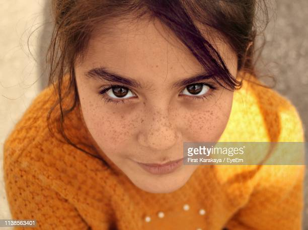 close-up high angle portrait of smiling girl with freckles - 8 9 jahre stock-fotos und bilder