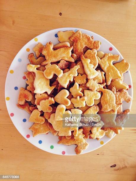 close-up high angle view of heart shaped cookie in plate - katharina herz stock-fotos und bilder