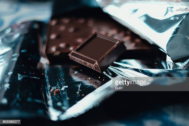 close-up if dark chocolate - barra de chocolate imagens e fotografias de stock