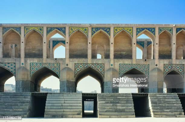 close-up image of khaju bridge ('pol-e khaju') over zayandeh river in isfahan, iran, a unesco heritage site - ハージュ橋 ストックフォトと画像