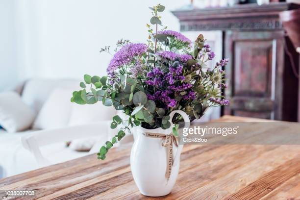 close-up image of vase with lilac flowers on a wooden table (indoors) - 花瓶 ストックフォトと画像