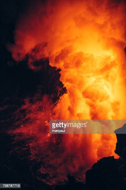 close-up lava flowing from a lava tube into pacific ocean, hawaii, america, usa - vulkan stock-fotos und bilder