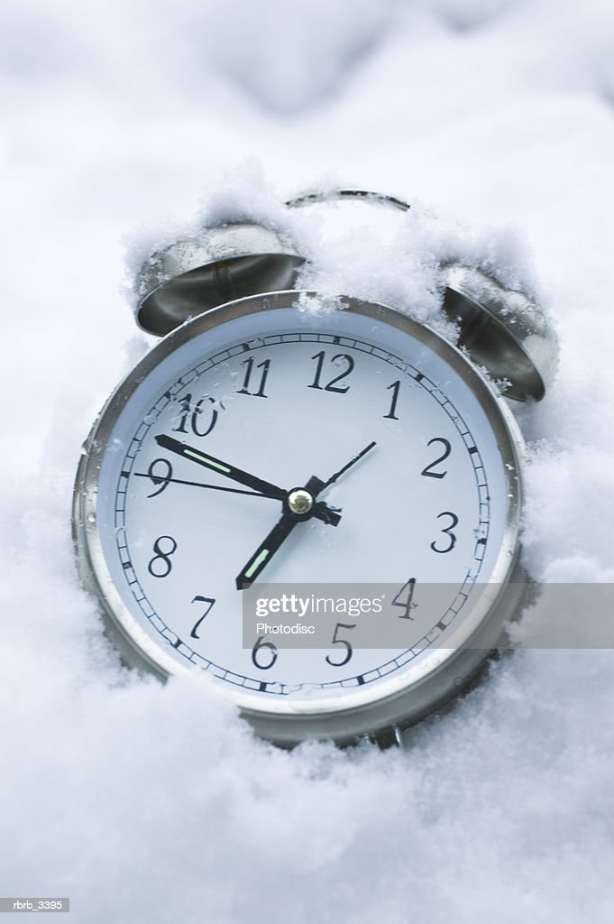 Close-up of a alarm clock in the snow : Foto de stock