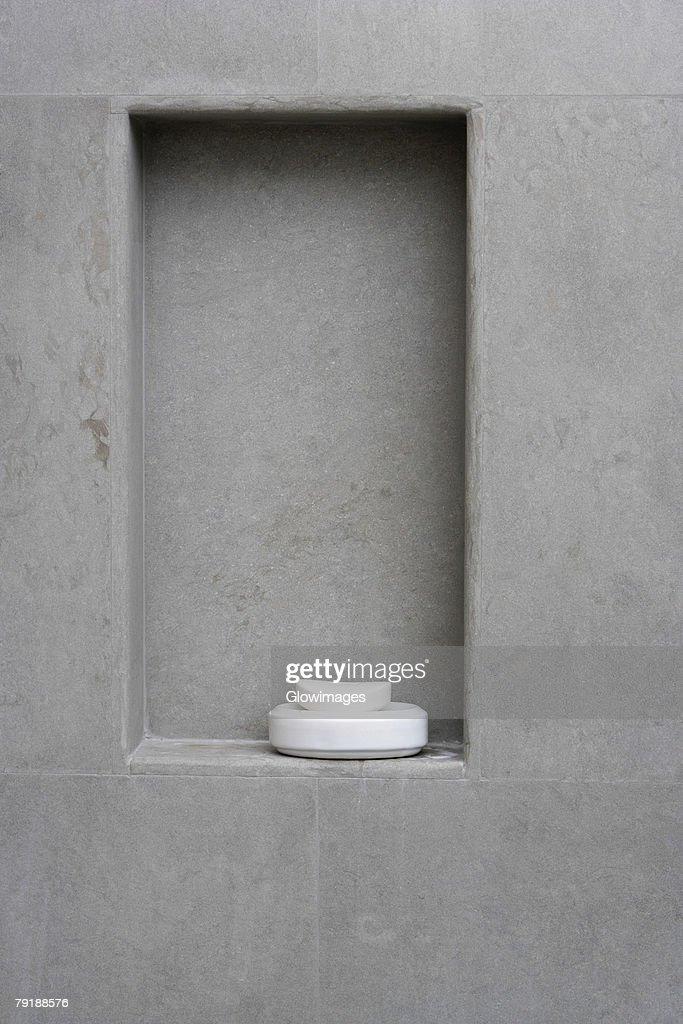 Close-up of a bar of soap in a soap dish : Foto de stock